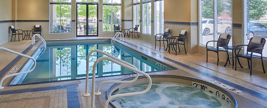 A rectangular pool and a round hot tub at the Hilton Garden Inn Hotel in Mississauga Toronto